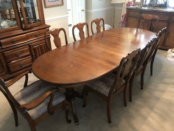Photo SPRAGUE  CARLETON SOLID MAPLE DINING ROOM TABLE WITH 8 CHAIRS - $650 (Pebble Creek)