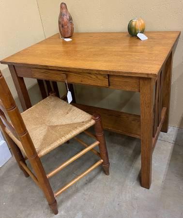 Photo Oak desk, Mission style - $225 (Orangeburg)