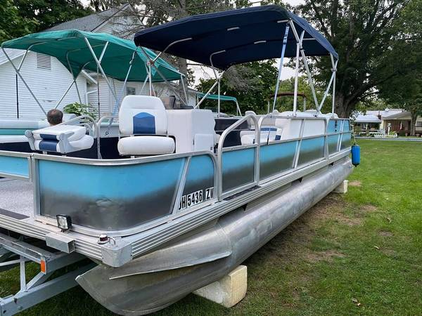 Photo Completely redone 1991 2439 pontoon boat with 2000 Mercury 40hp - $10,000 (Millersport)