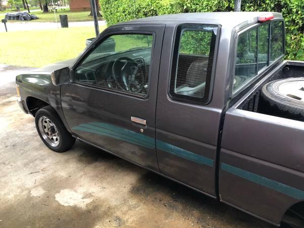 Photo 95 Nissan truck - $1200 (Columbus)