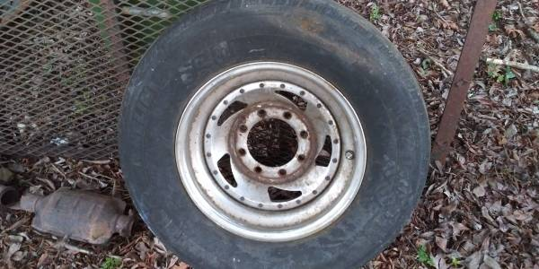 Photo Chevy 8 lug rim - $50 (Newnan)