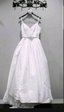 Photo Size 10 white A line wedding dress - $340 (Atlanta)