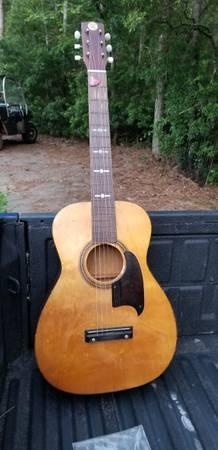 Photo Vintage Silvertone acoustic guitar - $75 (Newnan)