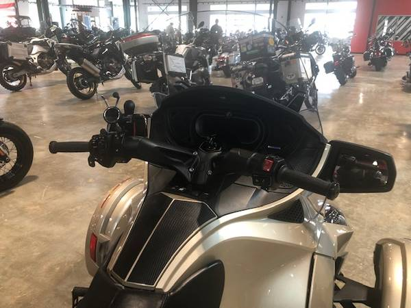 Photo 2018 Can-Am Spyder RT 6-speed semi-automatic with reverse (SE6) - $25,999 (East Ridge)