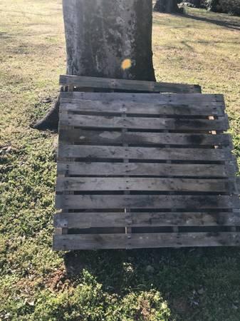 Photo Curb alert - 3 wood pallets (Nashville)