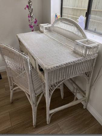 Photo White wicker desk - $60 (Cookeville)