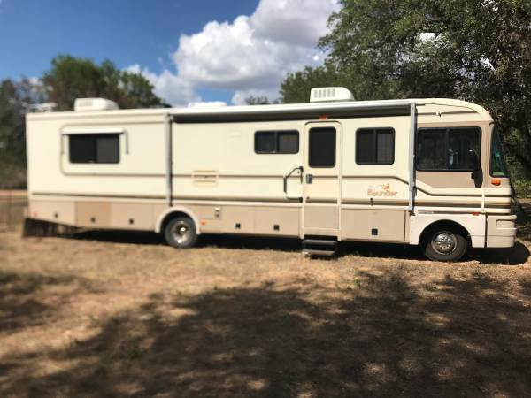 Photo 1996 fleetwood bounder with trailer - $13,000 (Sandia)