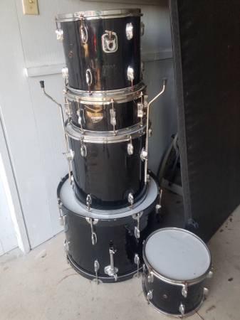 Photo Black beginner level drum kit - $1 (Corpus Christi)