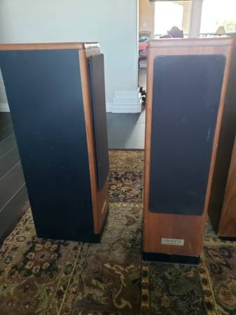 Photo Vintage Advent Laureate Loud Speakers - $150
