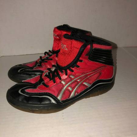 Photo Asics red black  silver wrestling shoes CY312 kids youth size 1 - $15 (Albany - porch pickup near Waverly)