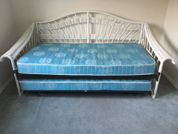 Photo White Wicker Daybed  Pop-up TrundleTwin size mattress x 2 - $100 (Albany (S.E. Lexington Area))