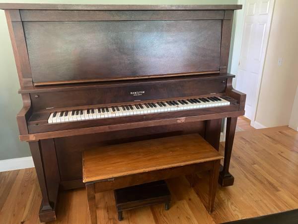 Photo Baldwin Hamilton antique upright piano - $250 (Old North End)