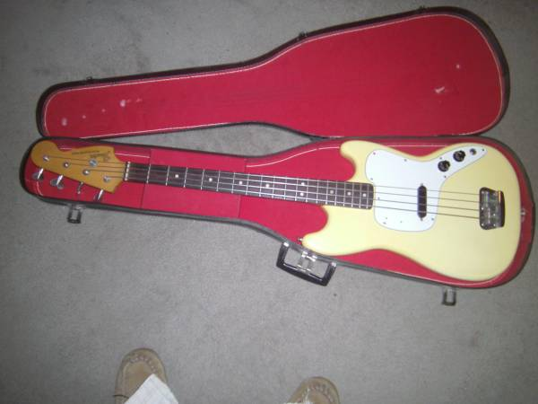 Photo Fender Bass white in original case - $965