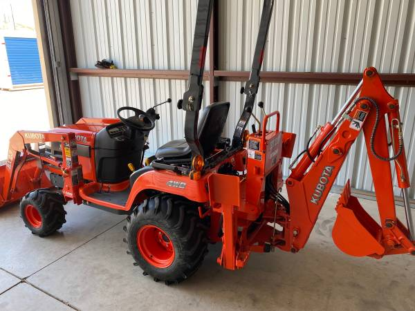 Photo Kubota Tractor WBackhoe like new - $17500 (Co springs co)