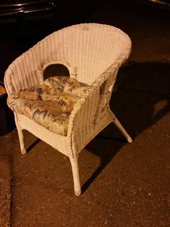 Photo White Wicker Chair - $27 (CheltonFountain Blvd)
