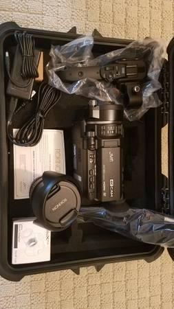 Photo JVC GY-LS300CHU 4KCAM Handheld S35mm Camcorder - $1,500 (Burlington)
