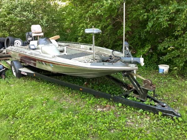 Photo 18 foot bass boat - $1,800 (Gettysburg)