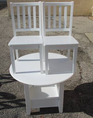 Photo Child Size White 36quot Round Top Table And 2 Chairs - $85 (Fairborn)