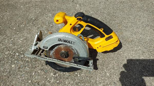 Photo DeWalt 18-Volt Ni-Cd Cordless 6-12quot Circular Saw wCarbide Blade - $20 (Dayton)