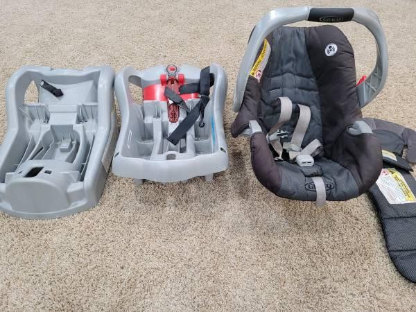 Photo Free baby seat and 2 car seat bases (Beavercreek)