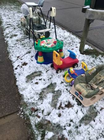 Photo Kids stuff curb alert (West CARROLLTON)