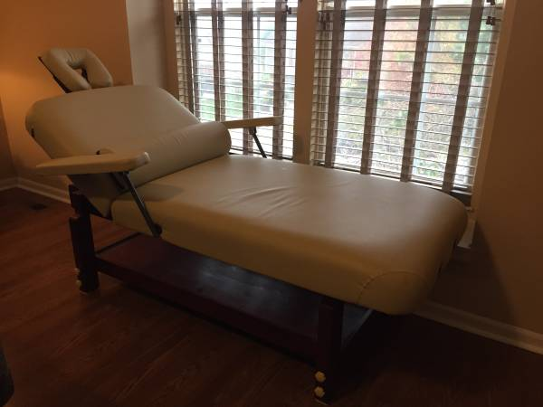 Photo LIKE NEW 31quot SpaMaster Stationary Massage Table wLOADS OF EXTRAS - $985 (Springboro)