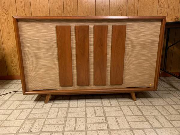 Photo Vintage Console Stereo by Bell with AMFMPhonograph - $250 (Beavercreek)