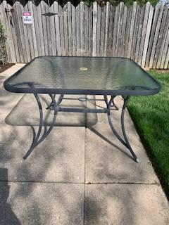 Photo Free - Glass top patio table (Morton)