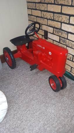 Photo IH Farmall Super M Pedal Tractor...LOOK MORE - $245 (Shelbyville, IL)