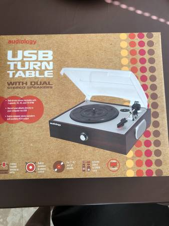 Photo USB turntable with dual stereo speakers - $30 (Leon valley)