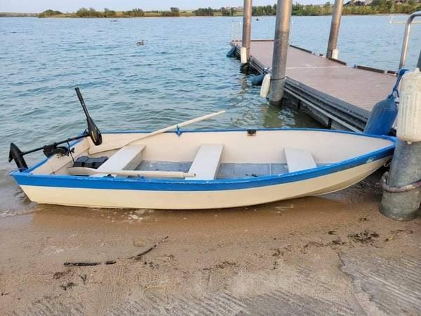 Photo 12 ft aluminum boat with motor - $550 (80247)