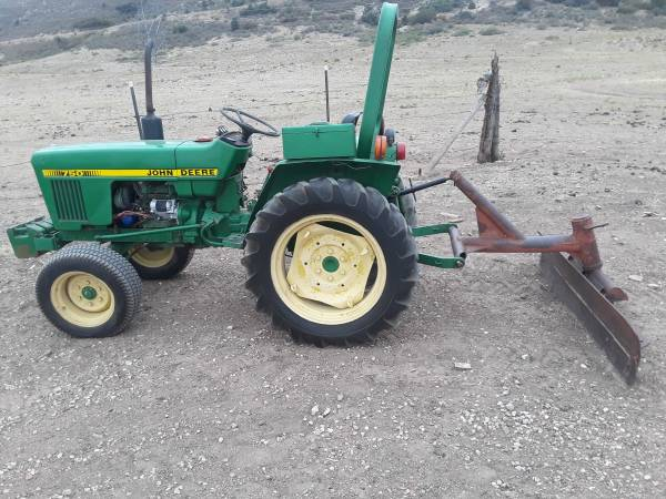 Photo Compact John Deere Tractor 20 HP Weights  Blade- Delivery avail - $4,700 (Morrison)