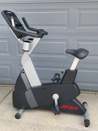 Photo Like New Commercial Life Fitness Integrity Series CLSC Upright Bike - $1,400 (Castle Rock)