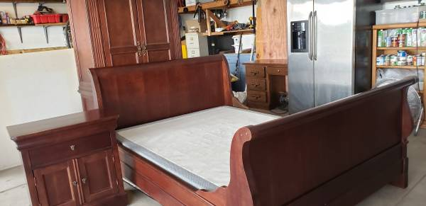 Photo Solid Wood Sleigh Queen size bed with a nightstand - $250 (Elizabeth)