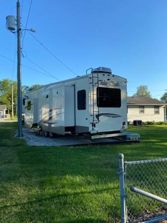Photo 2017 Cedar Creek 37MBH Silverback Edition - $58,000 (Creston)