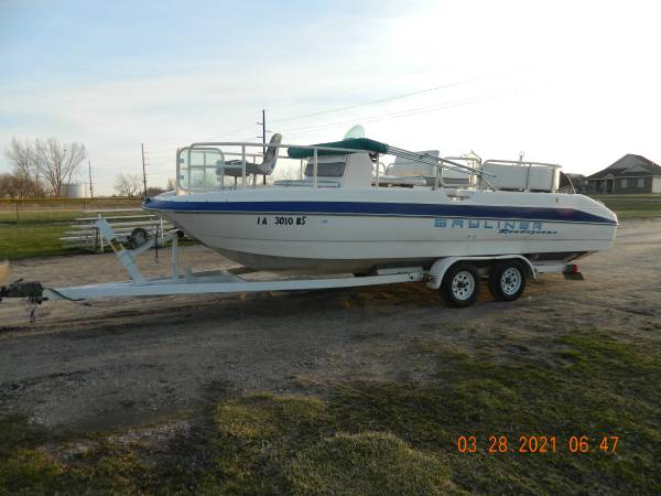 Photo Bayliner Deck Boat - $3,000 (Bondurant)