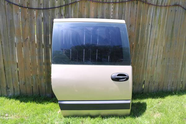 Photo 2000 Caravan Town  Country Mini van Pass rear dr. RUST FREE - $75 (Berkley)