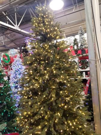 Photo 9 foot prelit christmas tree used 1 time. - $130 (livonia)