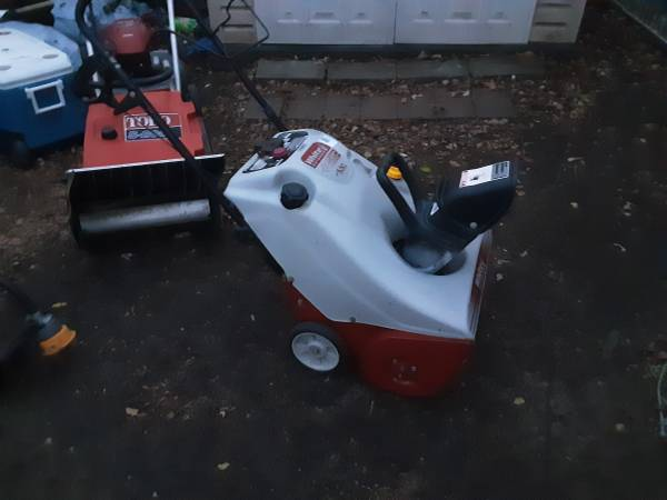Photo Great running White 4 stroke single stage top chute snowblower (Dearborn Heights)