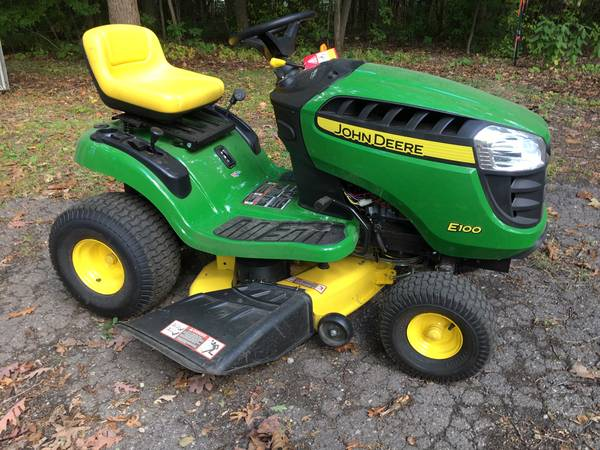 Photo John Deere 42quot lawn tractor - $1,400 (Troy)