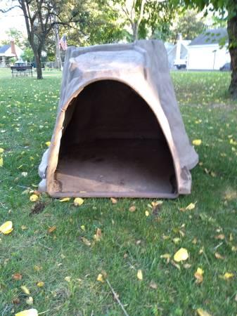 Photo Large brown igloo dog house - $40 (Livonia)