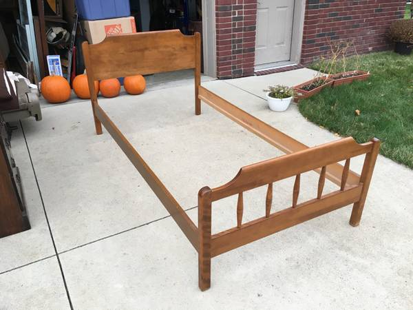 Photo Mid-Century ETHAN ALLEN Twin Bed Frame - Vintage Solid Maple Furniture - $100 (Livonia)