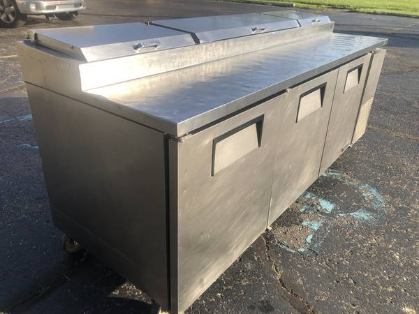 Photo TRUE TPP-93 3 DOOR PIZZA PREP TABLE REFRIGERATED SANDWICH COOLER - $1,900 (WATERFORD)