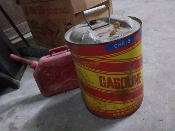 Photo VINTAGE OLD GAS METAL CANS CAN - $10 (48353)