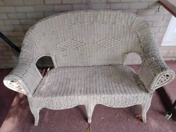 Photo White Wicker Bench - $30 (Taylor)