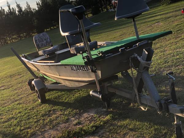 Photo 14 Ft Tracker Aluminum Jon Boat with Livewell - $1,400 (Headland)