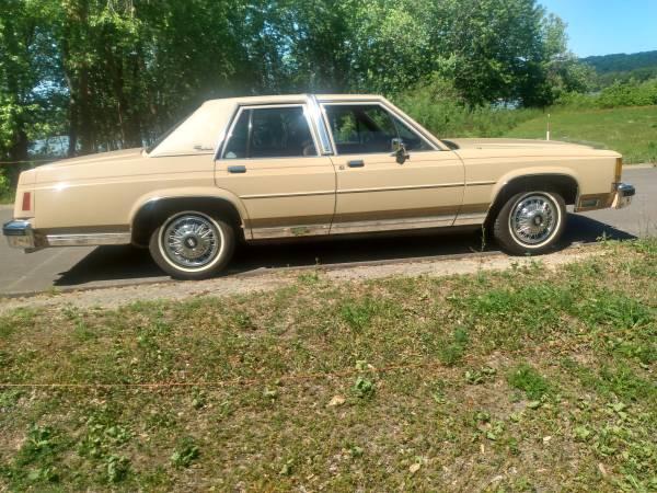 Photo 1987 Ford LTD crown Victoria mint low miles - $5,400 (Prarie du chien)