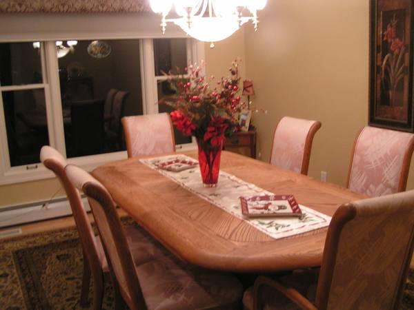 Photo Large Oak Dining Room Table - $175 (Dubuque)