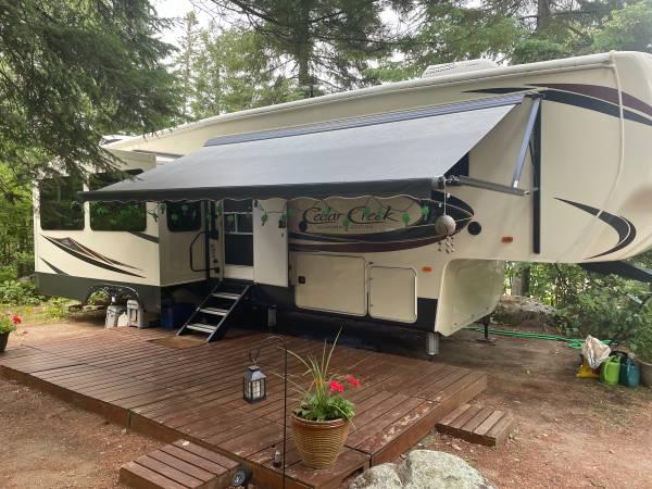 Photo 2019 Cedar Creek Silverback 33ik 5th Wheel Cer - $58,900 (Babbitt)