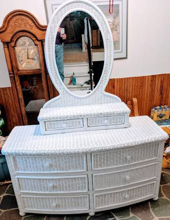 Photo White Wicker Queen Bedroom Set, Like New Condition - $425 (Hermantown)